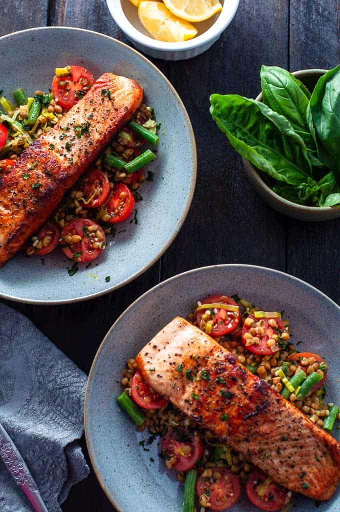Salmon, lentils and leeks in two bowls
